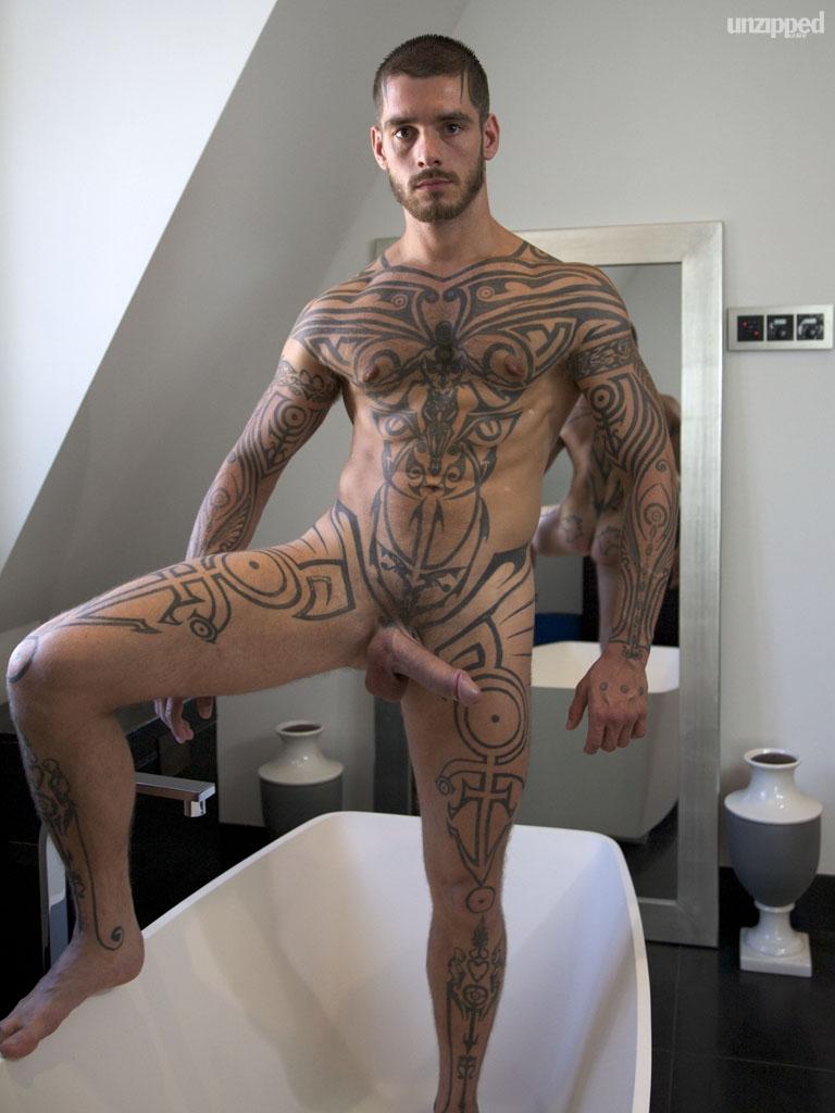 порноактер с татуировкой на всю левую руку - 2